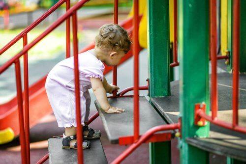 Myös vauvalle on tarjolla erilaista tekemistä lasten ulkoseikkailupuistoissa