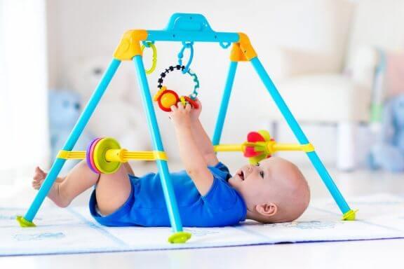 Vauvan aktiviteetit ulkoseikkailupuistoissa ja puuhapaikoissa