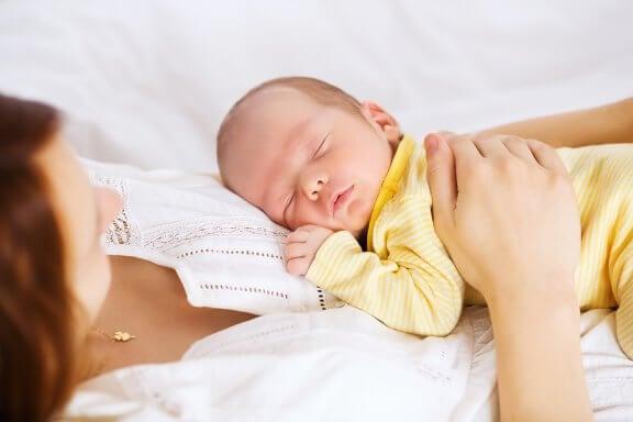 Kuinka nukkua turvallisesti perhepedissä?