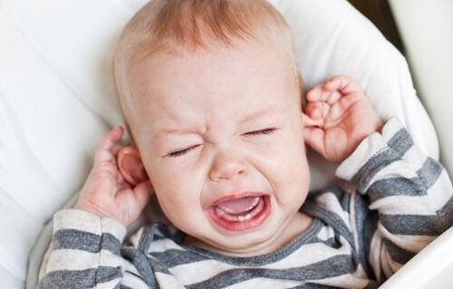 Kannattaako itkevää vauvaa aina rauhoitella?