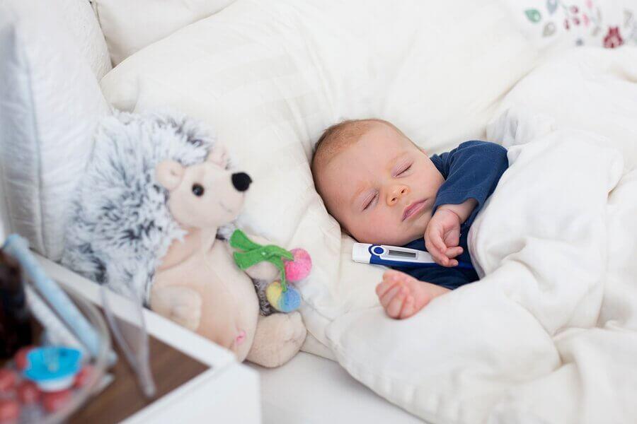 Kuinka vauvan kuumeen alentaminen onnistuu?