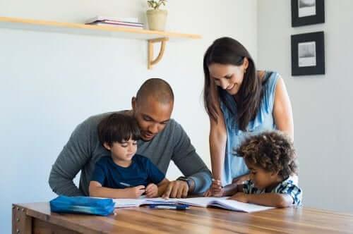Sijaisvanhemmat tukevat lasta myös kouluun liittyvissä asioissa
