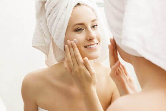 6 tapaa, jotka auttavat pitämään ihon kosteutettuna ja hehkuvana
