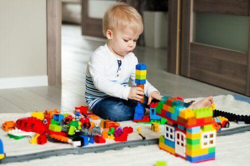 2-3- vuotiaana lapsi oppii leikkimään symbolisia leikkejä