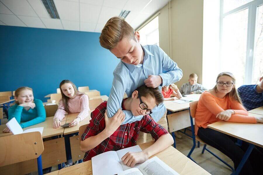 Miten toimia, jos lapsi lyö toisia koulussa?