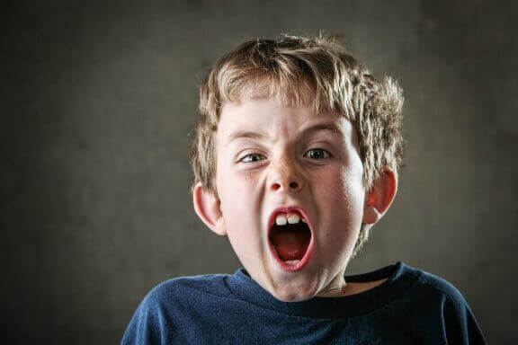 Lapsi huutaa saadakseen vanhempansa huomion