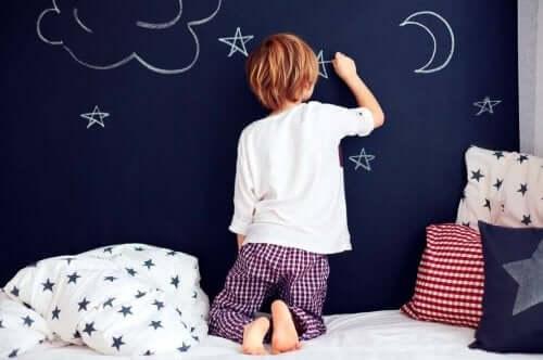 Kaksiosainen pyjama sallii lapsen liikkua vapaasti