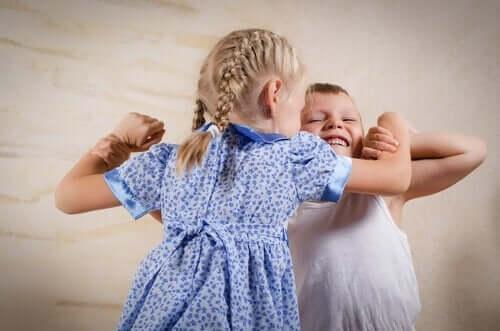 Kun sisarukset riitelevät jatkuvasti, on vanhemman puututtava asiaan