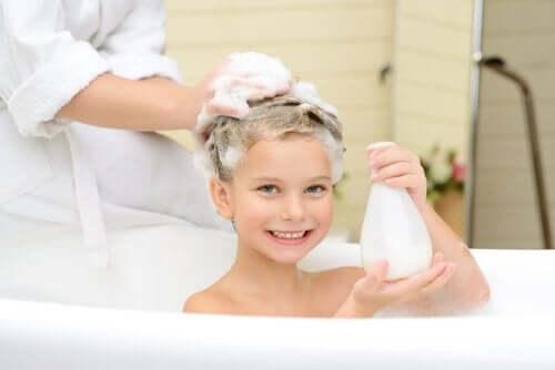 Lämmin kylpy auttaa rauhoittamaan levotonta lasta