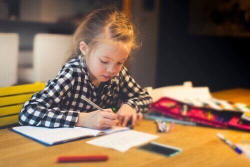 Lapsen pitää pystyä keskittymään työpöytänsä ääressä.