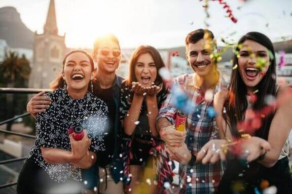 Kannusta nuorta viettämään aikaa ystäviensä kanssa