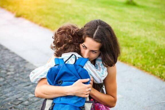 Lapsen eroahdistusta voi helpottaa luomalla tutun hyvästelyrutiinin