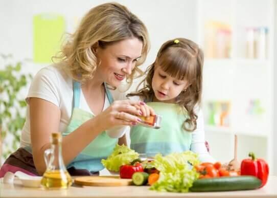 Lapsen viihdyttäminen illallisen valmistuksen aikana
