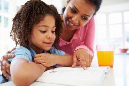 Voit motivoida lasta opiskelemaan olemalla kiinnostunut hänen koulunkäynnistään