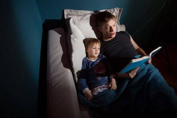 On tärkeää kertoa kummitustarinoita lapselle, jotta lapsi voi käsitellä pelkojaan.