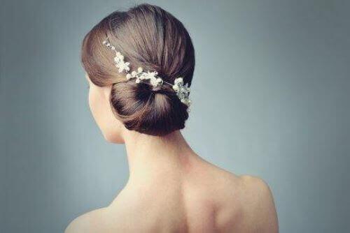 Morsiamen hiuskoristeet kaunistuvat kukilla tämän hetken häätrendin mukaan