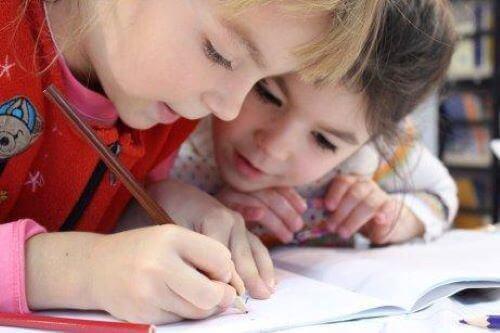 Lapset opettelevat kirjoittamaan