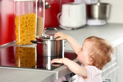 Varmista, että lapsi ei pääse käsiksi kuumiin esineisiin keittiössä