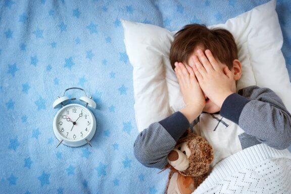 Miksi lasta pelottaa yöpyä kodin ulkopuolella?