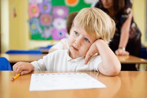 Mitä tehdä, kun lapsi puhuu liikaa koulussa?
