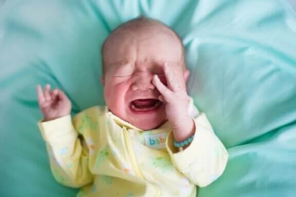 Mistä syystä vauva herää itkien kesken unen?