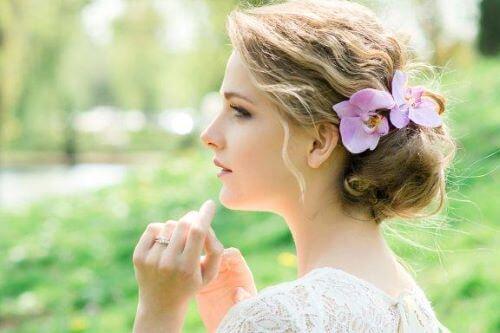 Morsiamen hiuskoristeet luovat romanttisen häätyylin