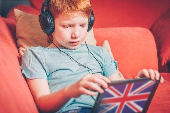 """Kaksikielisen lapsen kasvattaminen """"yksi vanhempi, yksi kieli"""" -menetelmällä"""