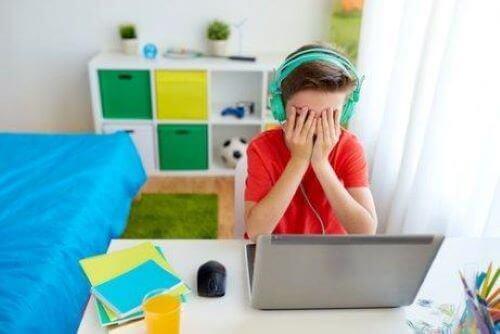Nettikiusaaminen koulussa on nykyajan teknologian mukana tullut kiusaamisen muoto