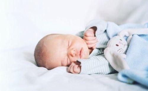 Miten saada vauva nukkumaan läpi yön?