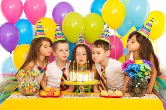 Yksinkertaiset leikit lapsen syntymäpäiväkutsuille