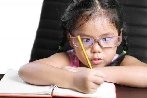 Mistä niin sanottu laiska silmä johtuu ja miten sitä voidaan hoitaa?