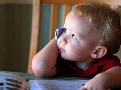 Älypuhelimen käyttö saattaa aiheuttaa viiveitä lapsen puheen kehityksessä