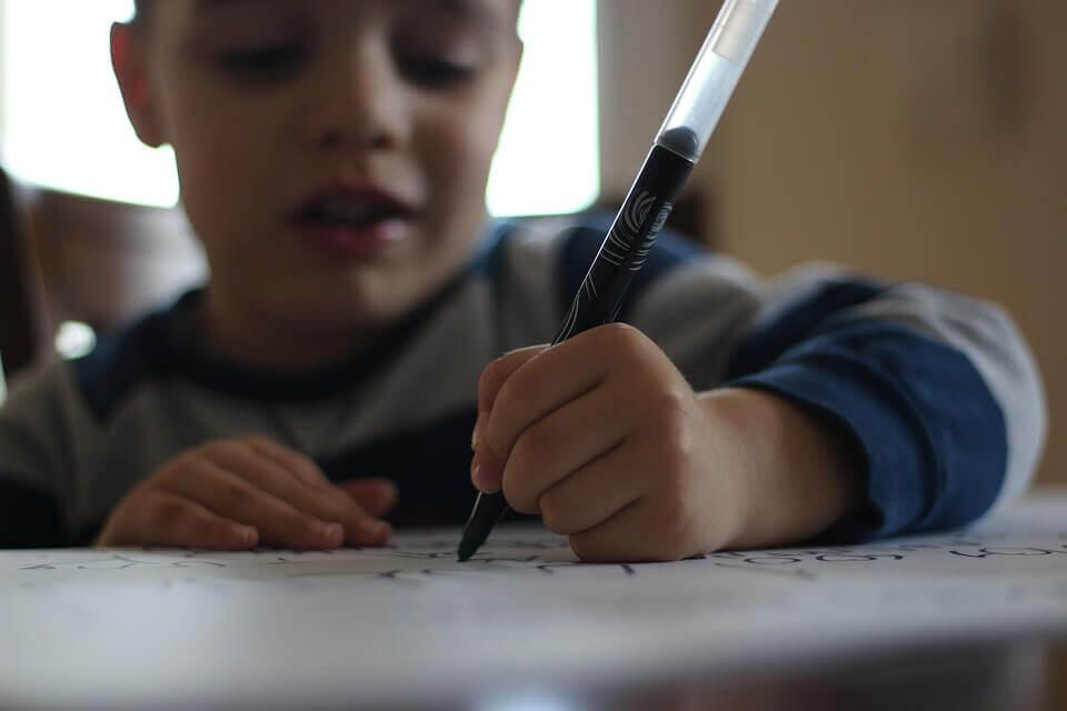 Piirtäminen auttaa parantamaan lapsen käsinkirjoitusta