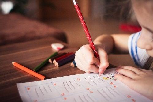 Hauskat harjoitukset parantamaan lapsen käsinkirjoitusta