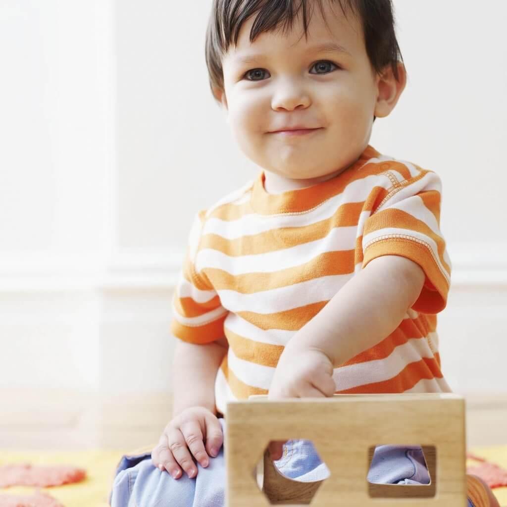 Kuinka opettaa lapsi leikkimään yksin?