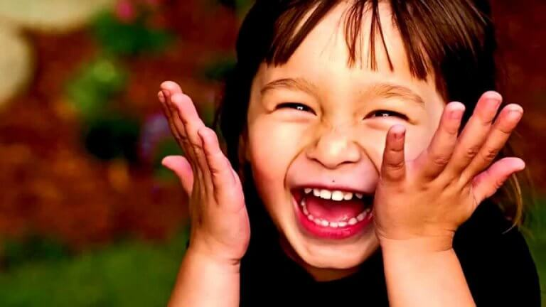 Vanhemmat voivat auttaa lasta kehittämään huumorintajuaan