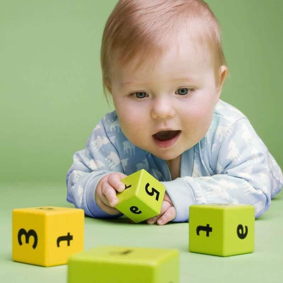 Kuinka opettaa lasta leikkimään yksin?