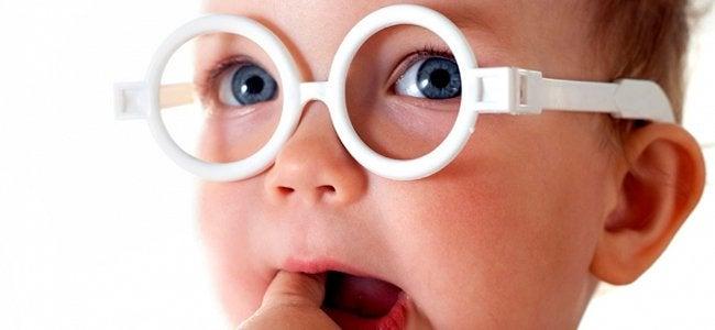 Muutaman kuukauden ikäinen vauva ei vielä pysty erottamaan värien eri sävyjä toisistaan