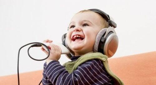 4 asiaa, jotka onnellinen lapsi voi opettaa vanhemmilleen