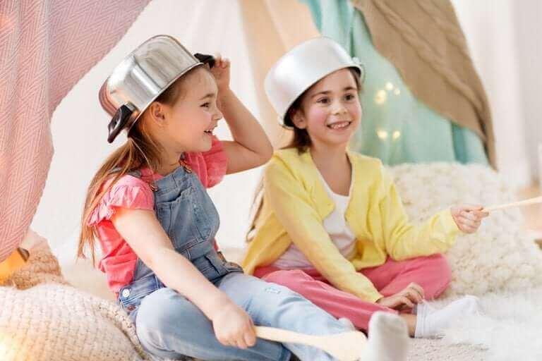Symbolinen leikki kehittää lapsen luovuutta.