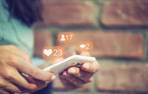 Vanhempien on hyvä olla tietoisia siitä, mitä lapsi tekee sosiaalisessa mediassa