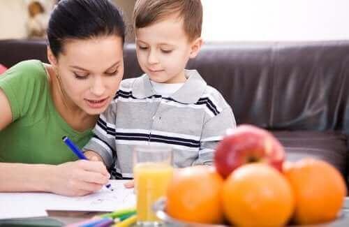 Kuinka auttaa lasta käsittelemään koulun aiheuttamaa stressiä?