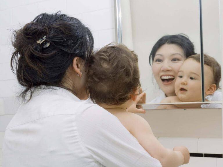 Vauva hyötyy peilin edessä leikkimisestä monella tavalla