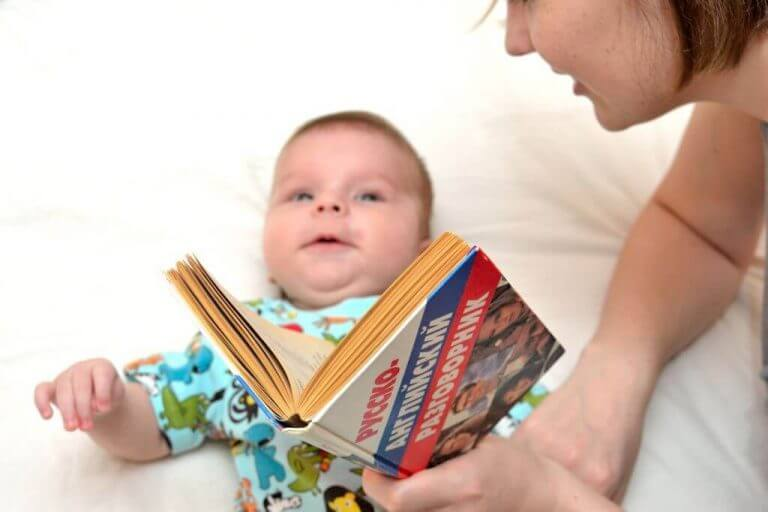 Vauva tunnistaa oman äitinsä äänen jo kohdussa ollessaan