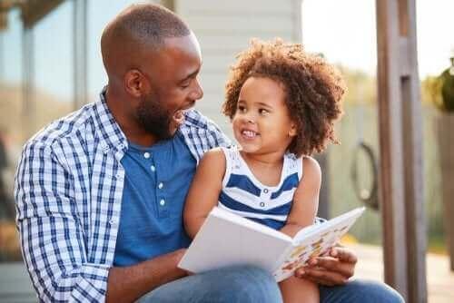 Isä lukee tyttärelleen