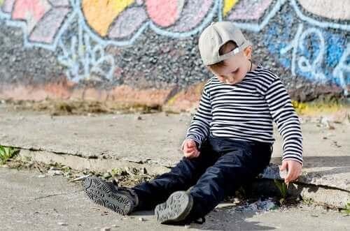 Miten ujo lapsi eroaa introvertista lapsesta?