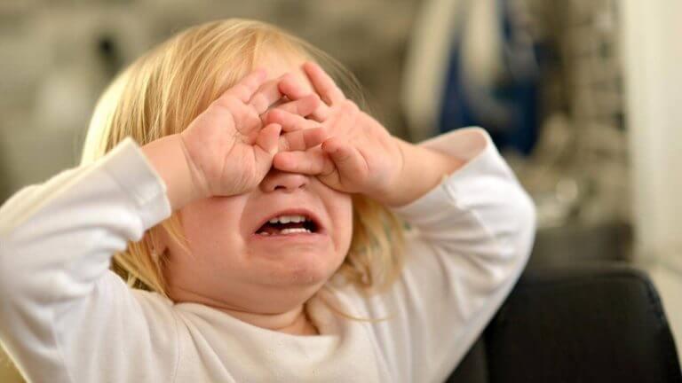 Lapsen kiukkukohtausten tuloksena stressi lievenee.