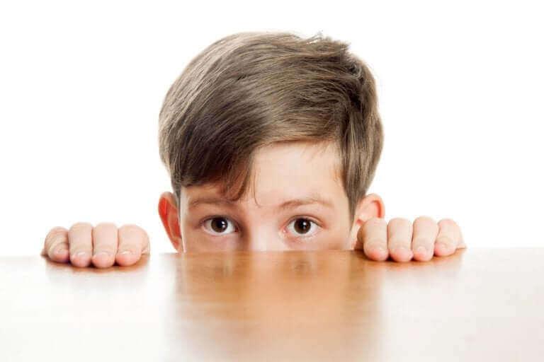 Ujo lapsi tuntee olonsa epämukavaksi ollessaan vuorovaikutuksessa toisten ihmisten kanssa