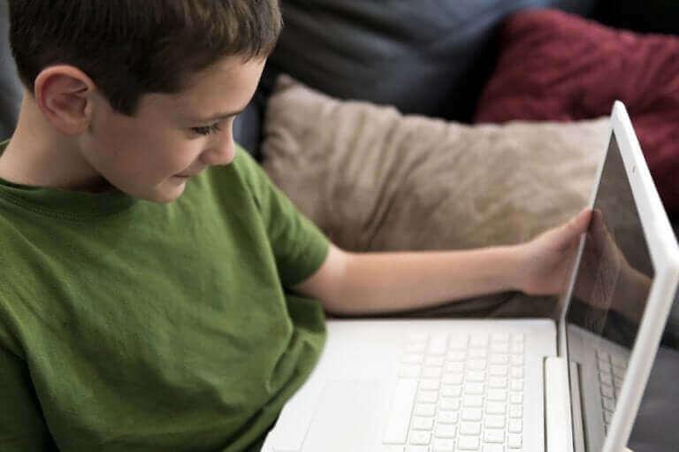 Vanhempien tehtävä on tarkkailla lapsen internetin käyttöä.