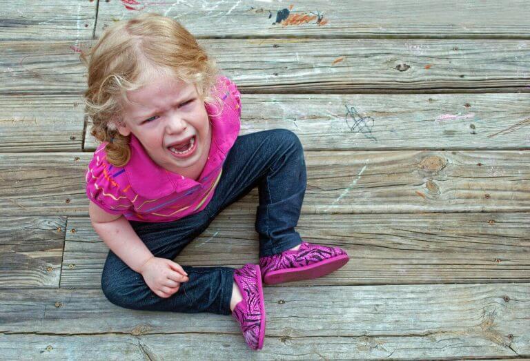 Lapsen kiukkukohtausten avulla lapsi ilmaisee tarpeitaan vanhemmille.